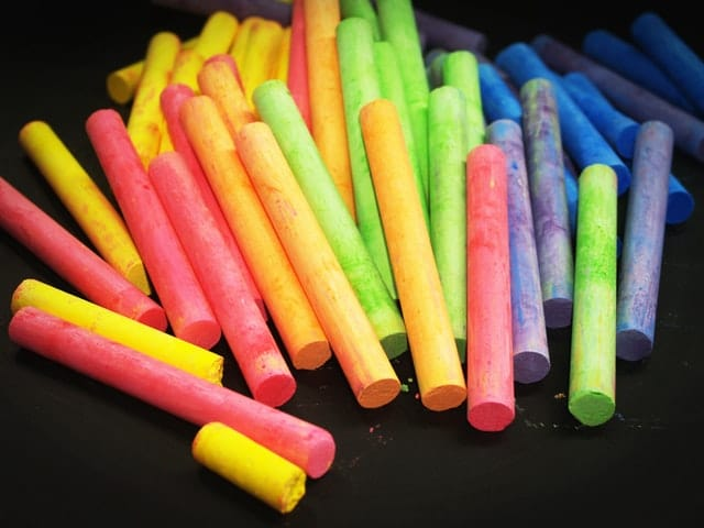 craies multicolores sur t