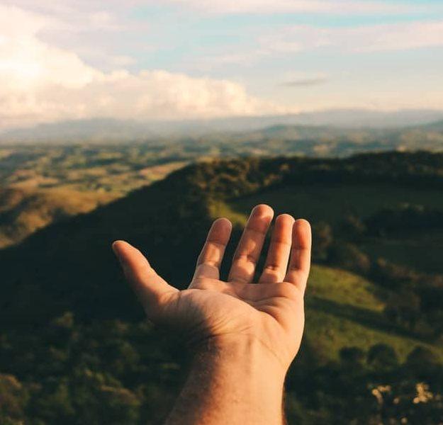 une main tendue alentours
